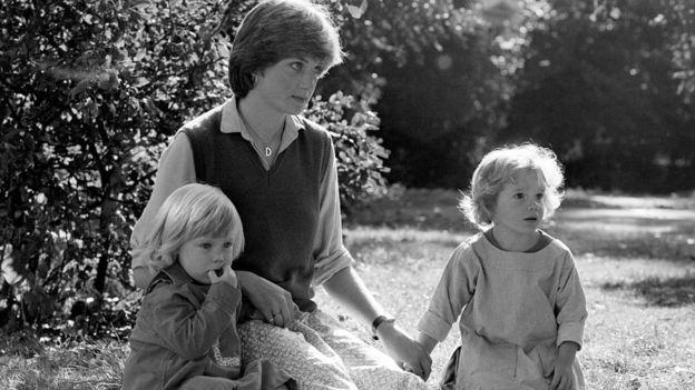 Diana Spencer com crianças na escola St. George's Square