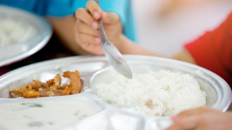 Niño con un plato de arroz