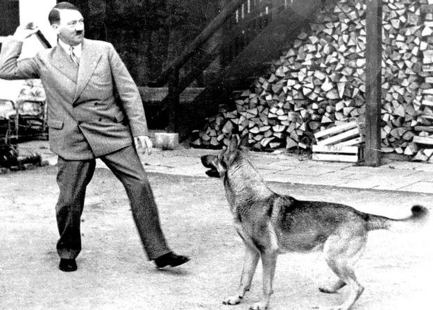 Hitler jugando con un perro