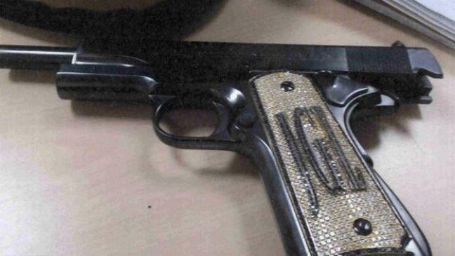 Pistola con iniciales del Chapo Guzmán