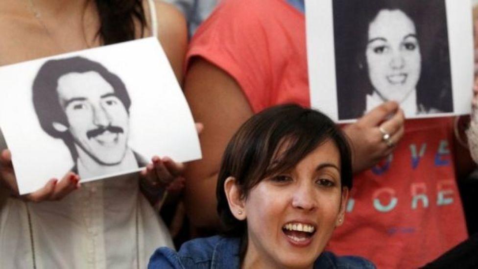 Adriana com fotos dos pais, estudantes esquerdistas