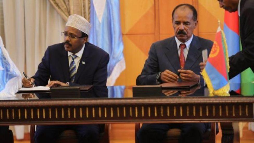 Madaxweynaha Soomaaliya Maxamed Cabdullaahi Farmaajo oo heshiis la saxiixanaya madaxweynaha Eritrea Isias Afeworke