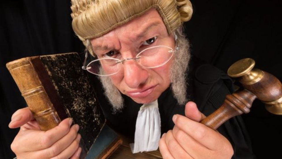 Un juge grincheux