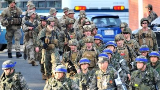 US and South Korean (blue head bands) marines take part in a US-South Korea joint landing operation in Pohang, South Korea (07 March 2016)