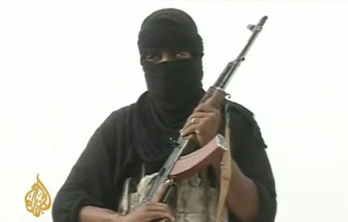 Membro da Al-Qaeda segurando fuzil