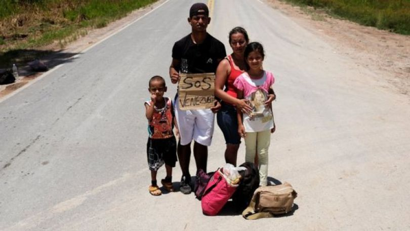 Família venezuelana pedindo carona