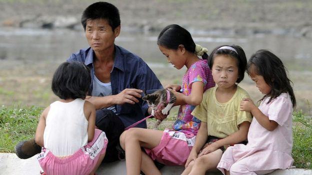 Familia viendo en las calles en Corea del Norte.