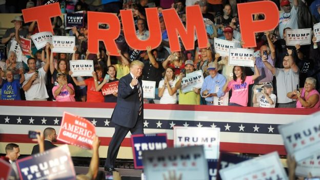 Trump y seguidores.