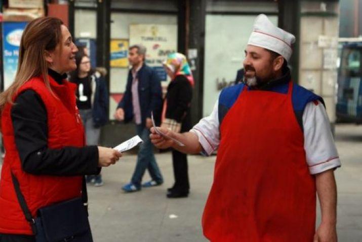DİSK Başkanı Arzu Çerkezoğlu İstanbul'da bildiri dağıtırken