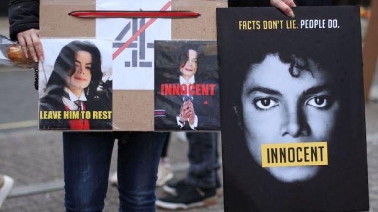 Fans de Michael Jackson en una protesta sobre la emisión del documental.