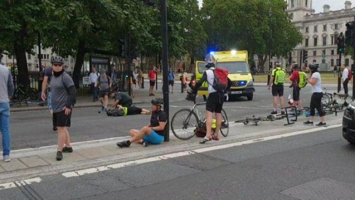 Ciclistas en el suelo.