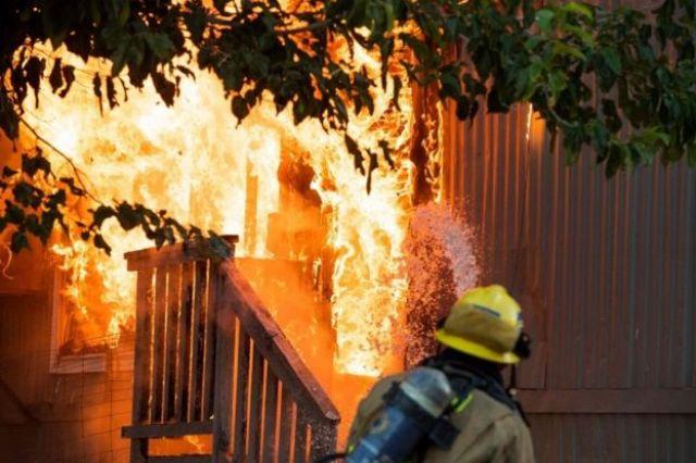 Um incêndio desencadeado após o terremoto de 7,1 em Ridgecrest, Califórnia.