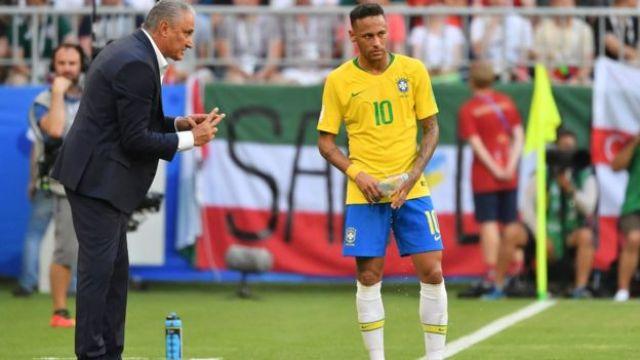 Tite e Neymar em jogo do Brasil contra o México, pelas quarta de final da Copa da Rússia