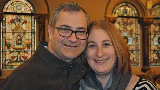 Andrew y Karen Gilbert, sonriendo.