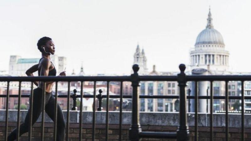 Женщина на пробежке в Лондоне