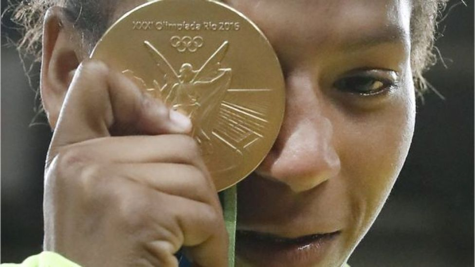 La yudoca brasileña Rafael Silva con su medalla de oro