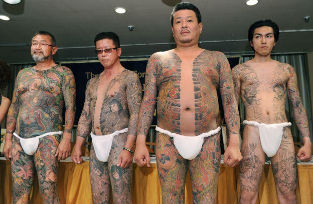 Tatuerade medlemmar i Japanska maffian - därför är tatueringar förbjudna vid badhus i Japan
