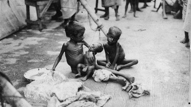 Crianças atingidas pela fome na Índia, em 1934