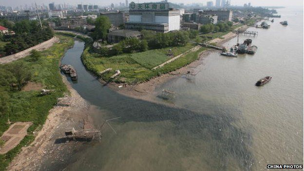 Polluted water flows into the Yangtze River from a stream 16 April 2007 in Nanjing of Jiangsu Province, China.