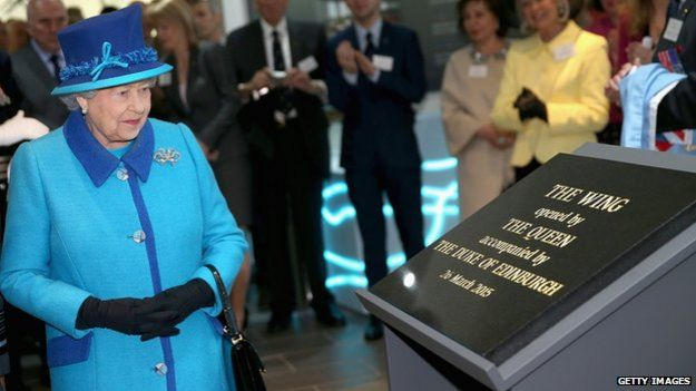 The Queen unveiling plaque