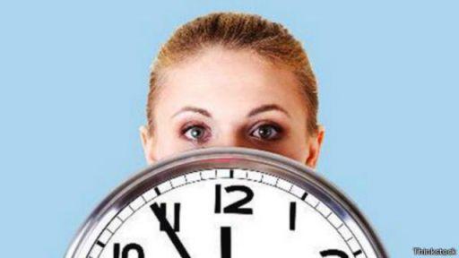 تشير بعض الدراسات إلى أن تقليل ساعات العمل يحفز العاملين ويزيد من قدرتهم الإنتاجية