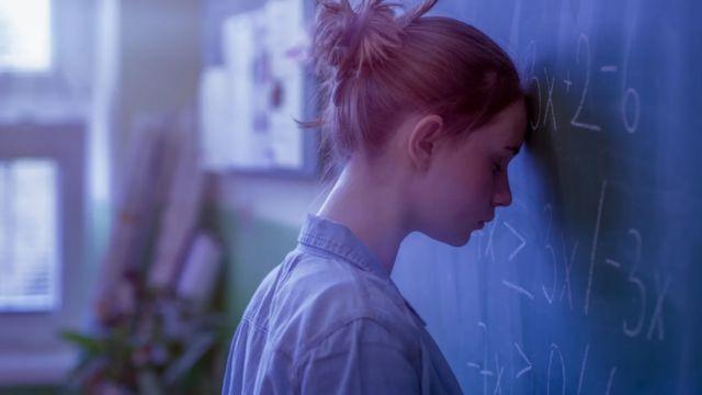 فتاة تشعر بإحباط