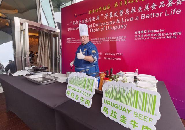 """在""""乌拉圭湖北活动周""""活动现场,乌拉圭国家肉类协会,以及乌拉圭科拿乳品、托斯卡尼尼酒庄等企业负责人在现场展演,推介乌拉圭最具代表性的产品(2021年5月28日资料照片)。"""