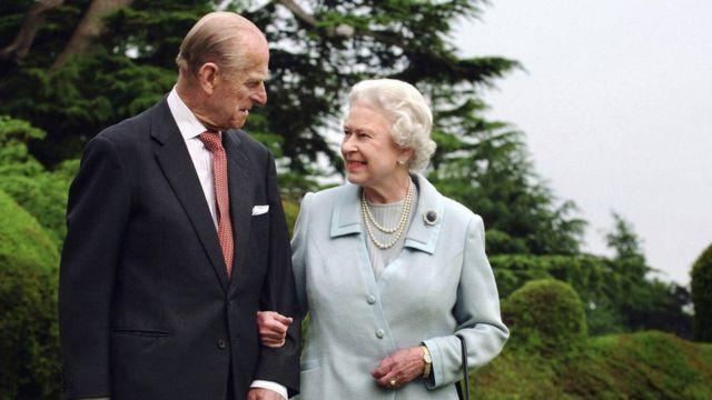 爱丁堡公爵(左)和女王在布罗德兰镇拍照(11/2007)
