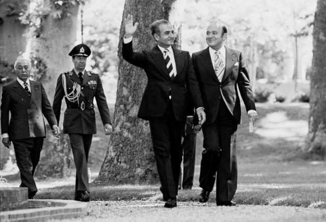 الشاه يتمشى في حديقة قصره في طهران