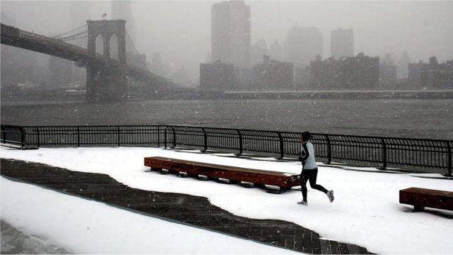 karda koşan kadın