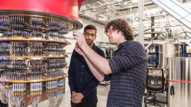 El investigador científico Daniel Sank le muestra a Sundar Pichai una de las computadoras cuánticas.
