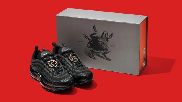 Nike, insan kanı kullanılan 'Şeytan Ayakkabıları'nın üreticisine dava açtı  - BBC News Türkçe