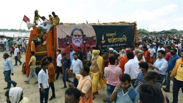 Narendra Giri's funeral procession