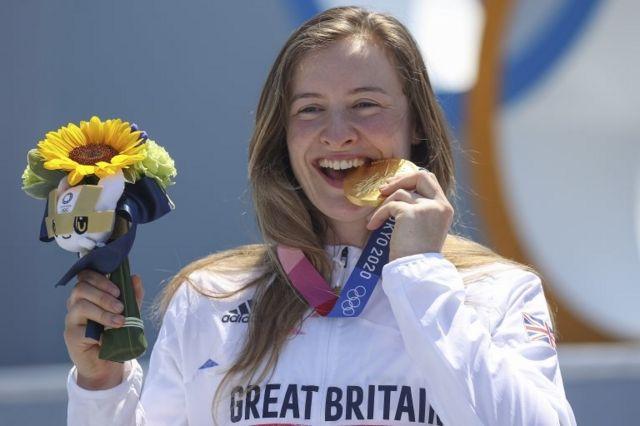 Charlotte Worthington con su medalla de oro