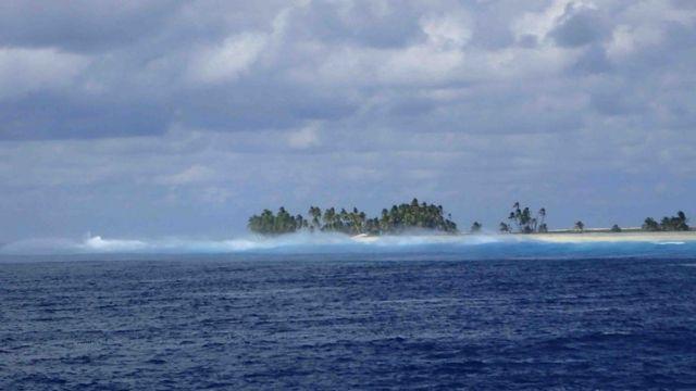 El arrecife de coral y el oleaje constante dificulta muchísimo el acceso a la isla. Foto tomada en 2016 por el investigador Enrique Ballesteros.