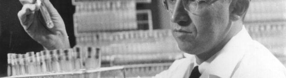 Jonas Salk em seu laboratório