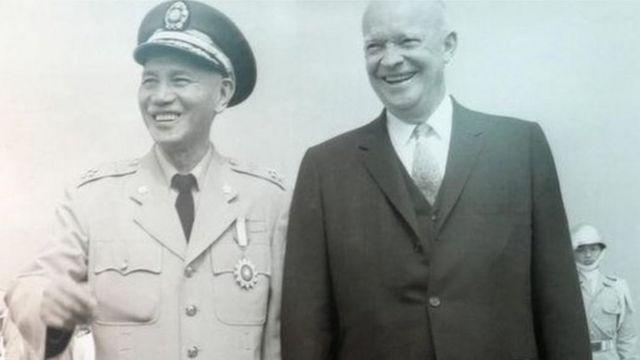 """艾森豪威爾擔任美國總統後,在1954年12月同蔣介石(左)簽署""""中美共同防禦條約""""承諾保衛台澎金馬。"""