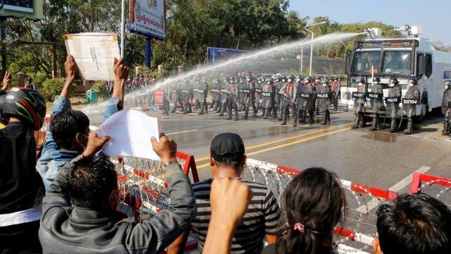 الشرطة مازالت تستخدم خراطيم المياه لليوم الثاني.