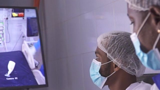Los médicos del Hospital Fann ahora pueden monitorear a los pacientes usando cámaras, como medida para minimizar el contacto.