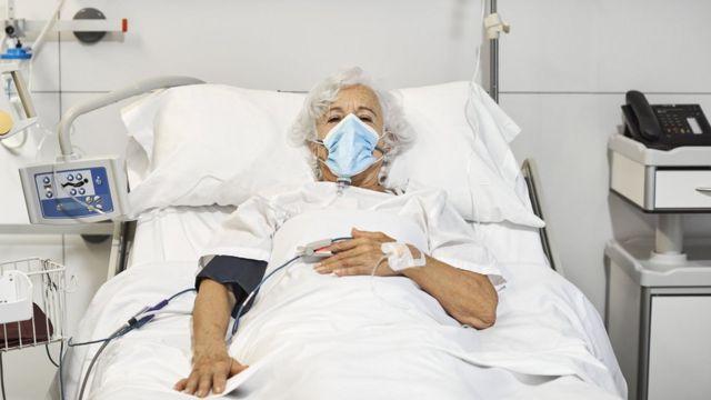 مسنة مريضة في المستشفى
