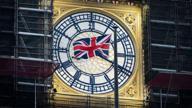 علم بريطانيا يرفرف أمام وجه ساعة برج إليزابيث، المعروف باسم بيغ بن