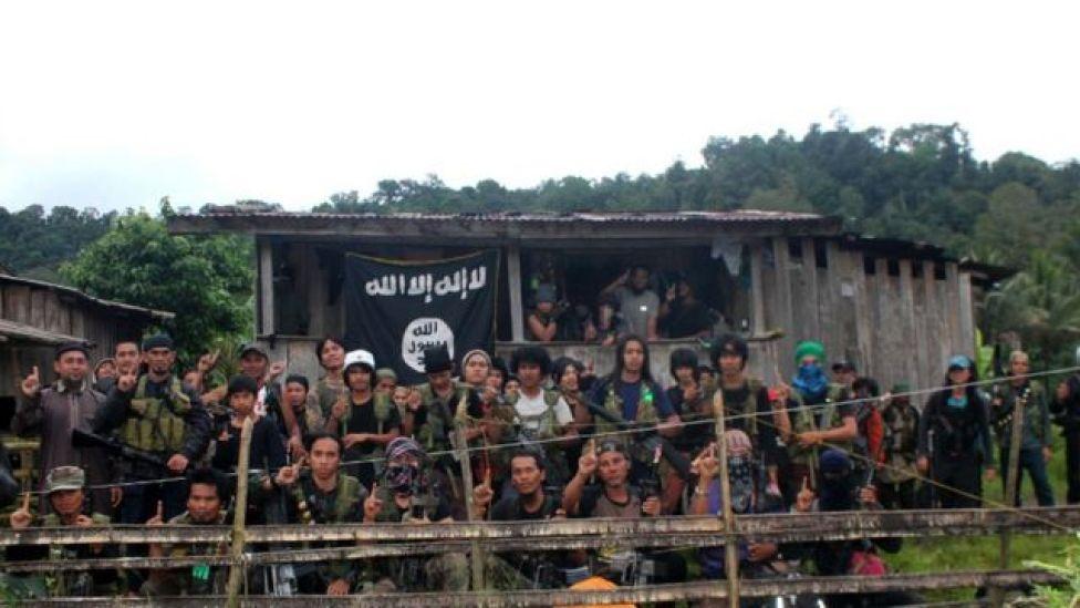 مجموعة من مقاتلي أبو سياف ترفع علم الدولة الإسلامية