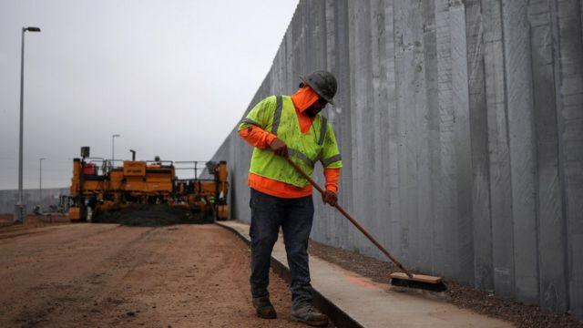 Trabajador en el muro entre Estados Unidos y México a la altura de Mission, Texas