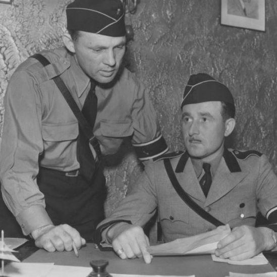 Hermann Schwinn (derecha) y su ayudante en junio de 1938