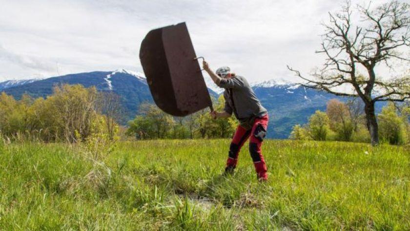 Lydwine Bruchez lifting iron plate