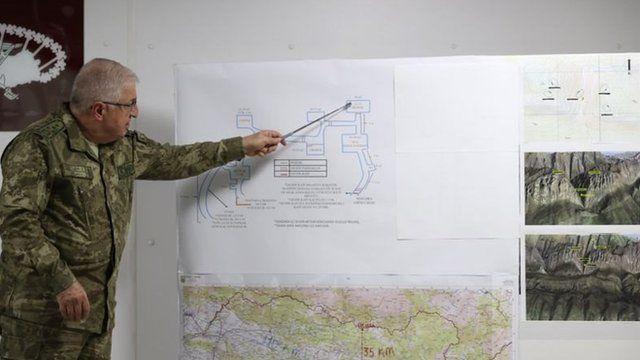 رئیس ستاد کل ارتش غارهای محل نگهداری گروگانها که محل نگهداری اجساد بوده را به مطبوعات نشان میدهد