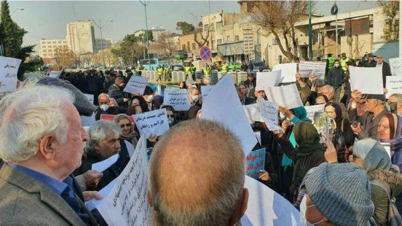 تجمع و اعتصاب همزمان معلمان و بازنشستگان در چند شهر ایران - BBC News فارسی