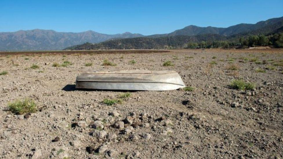 Un bote dado vuelta en el lecho seco del Lago Aculeo
