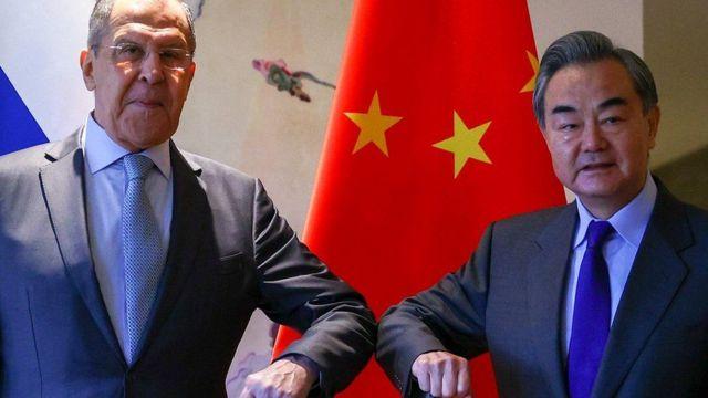 صورة تجمع بين وزيري خارجية روسيا سيرغي لافروف ووزير خارجية الصين وانغ يي