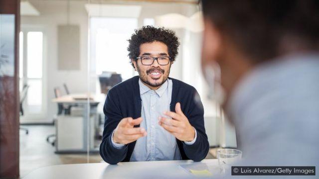 Homem falando em reunião no escritório